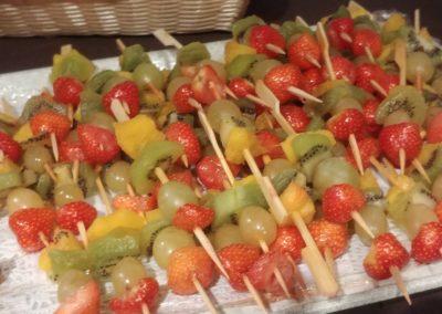 Brochetas de frutas preparadas por los chicos de la MEDT